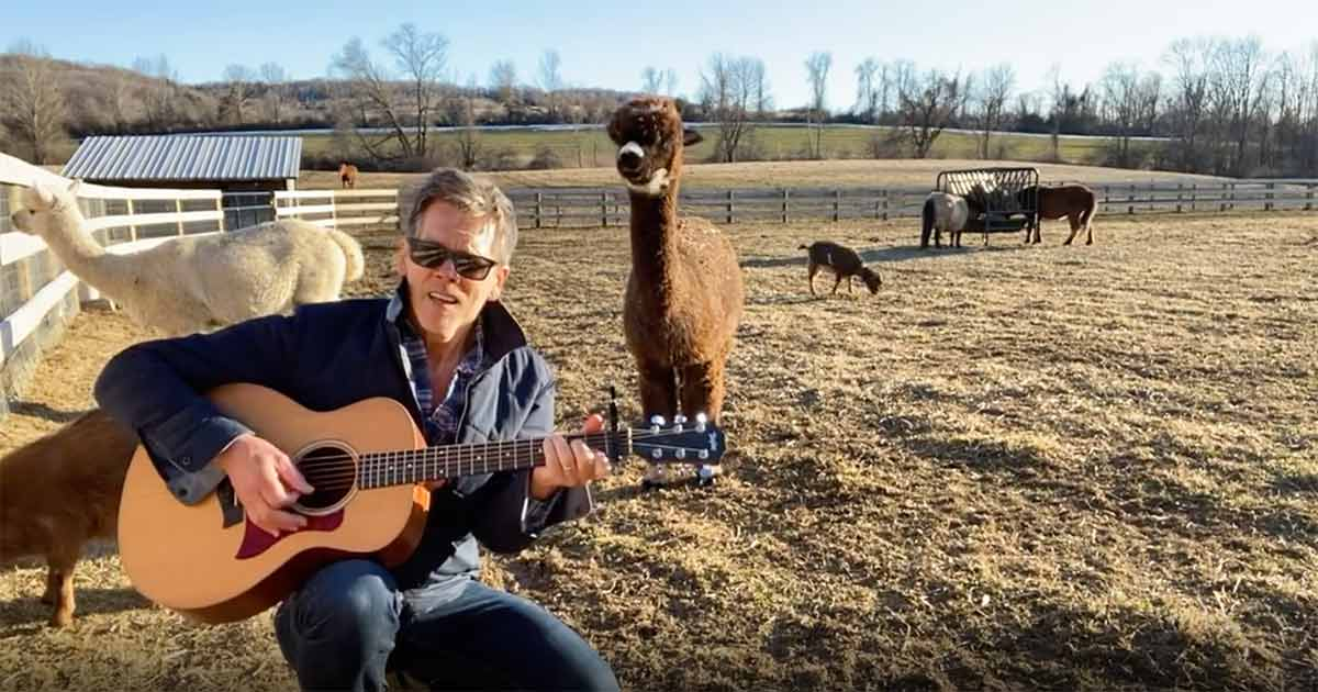 "Kevin Bacon canta ""I Want It That Way"" dei Backstreet Boys insieme ai suoi animali"