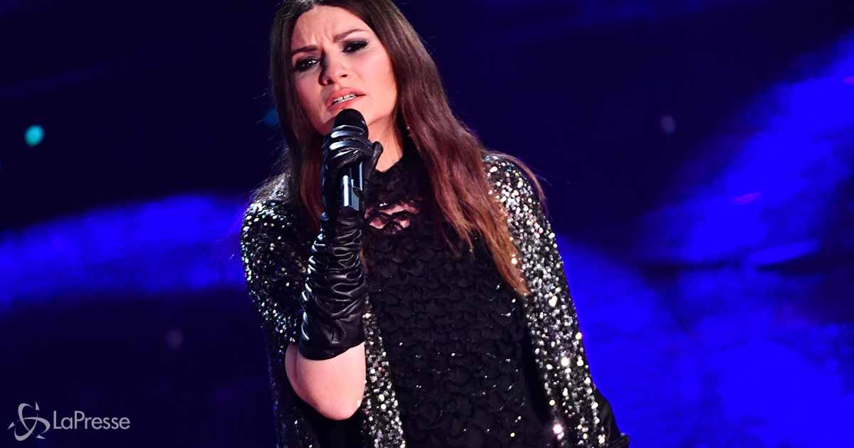 Sanremo 2021: Laura Pausini si commuove cantando sul palco dell'Ariston