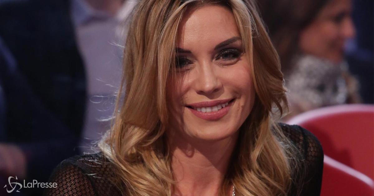 Elenoire Casalegno: l'abito da sera per fare la spesa stupisce i follower