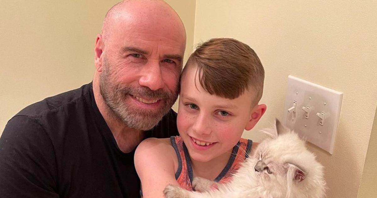John Travolta mostra il figlio con il nuovo gattino, ma tutti notano un altro particolare