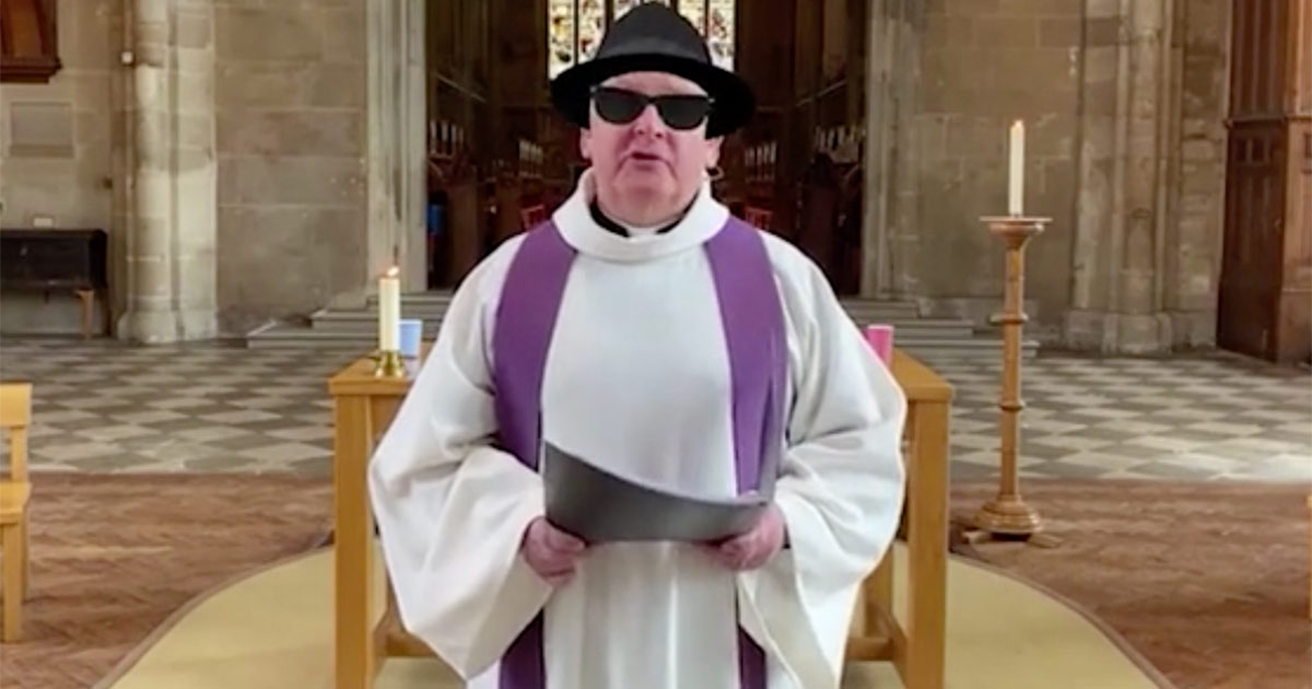 Reverendo trasmette per sbaglio una messa in streaming con il filtro dei Blues Brothers