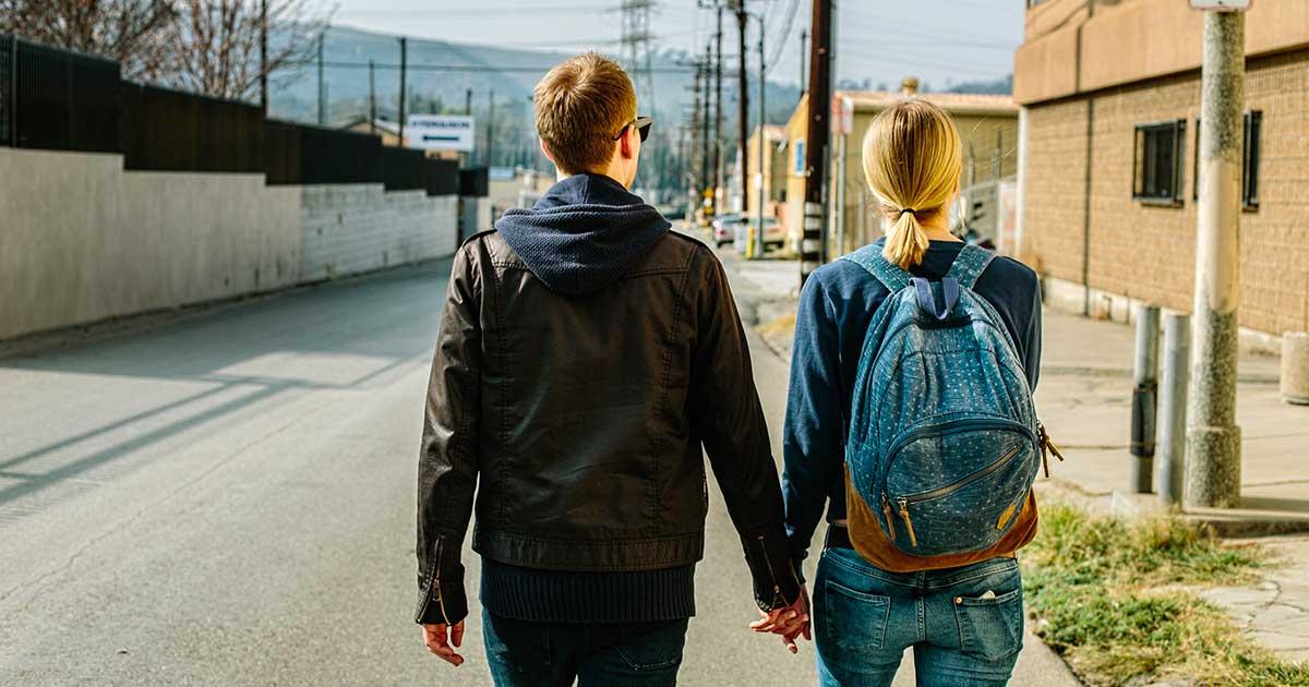 Camminare mano nella mano non aiuta a dimagrire, lo dice questo studio