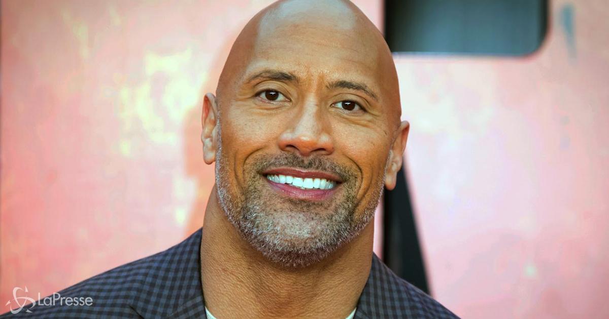 'The Rock' si prepara per il prossimo film da supereroe e mette in mostra le sue gambe