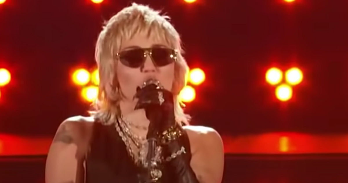 Miley Cyrus canta We Will Rock You e Don't Stop Me Now dei Queen