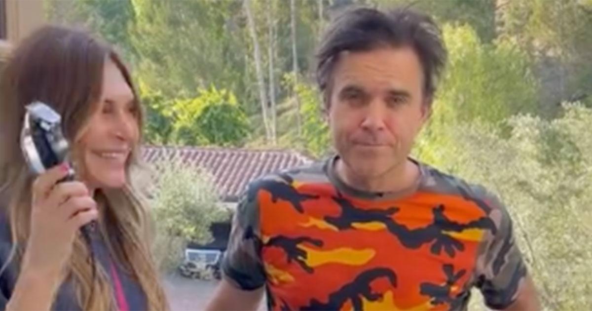 Robbie Williams si è fatto rasare a zero dalla moglie: ecco la sua reazione