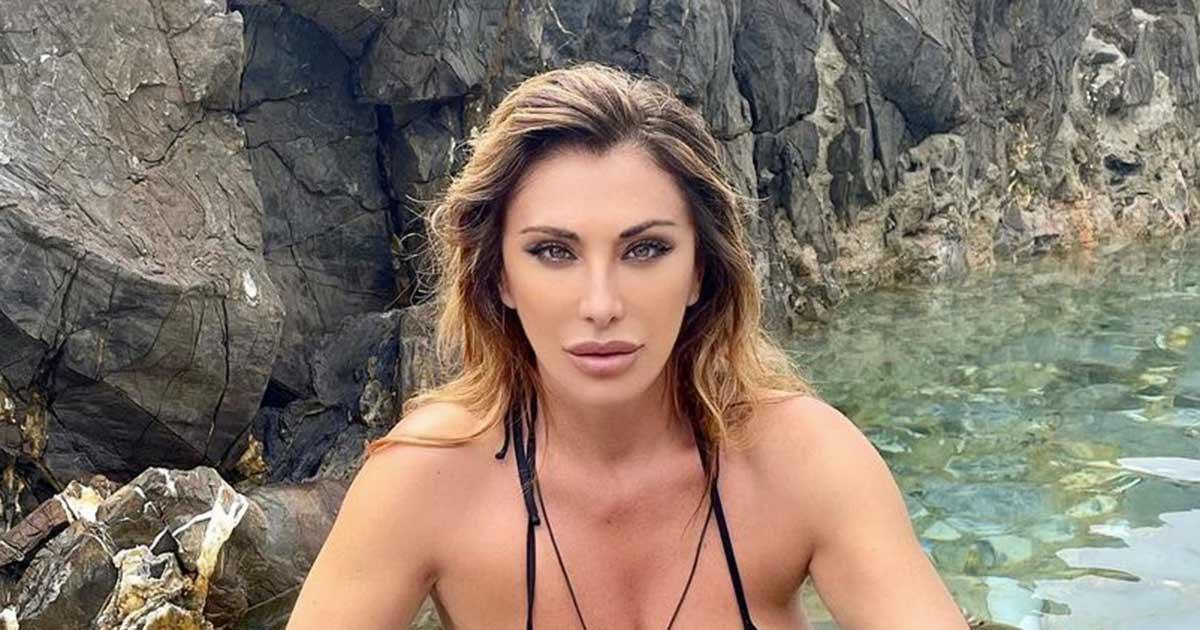 Sabrina Salerno è una bellissima sirenetta: le foto al mare scatenano i follower