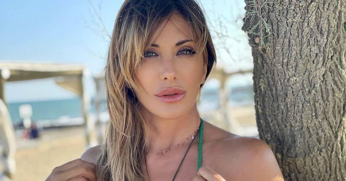 Sabrina Salerno è una sirena bellissima: le foto in costume sono mozzafiato