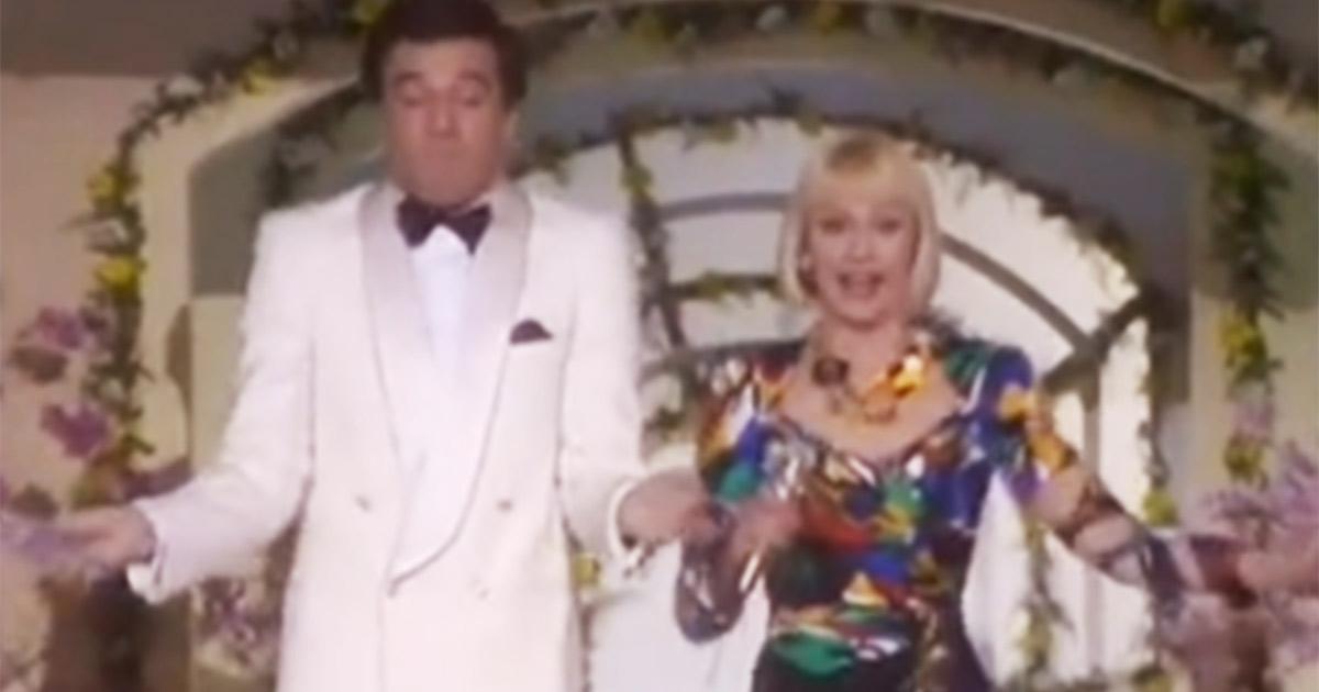 """Ecco quando Raffaella Carrà e Christian De Sica hanno cantato """"Bongo Cha Cha Cha"""""""