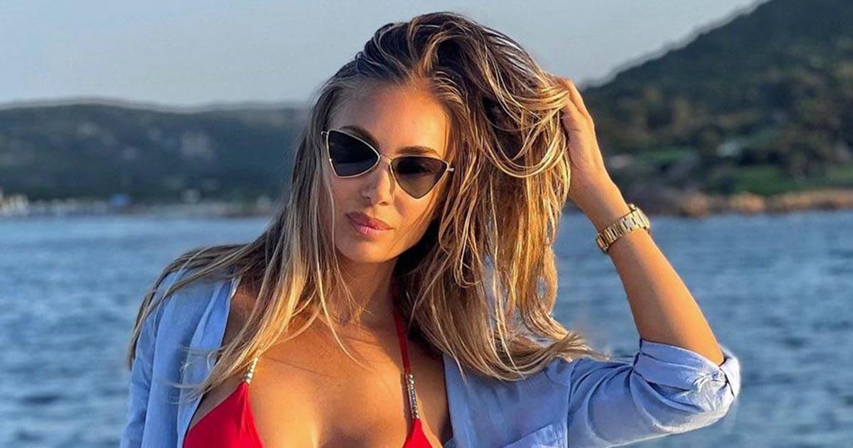 Bikini rosso e fisico mozzafiato, Laura Cremaschi è stupenda