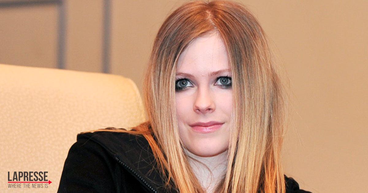 Le nuove foto di Avril Lavigne mostrano che non è cambiata per nulla