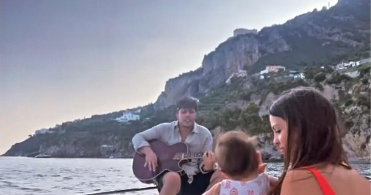 Stash canta in barca per la figlia Grace: ecco la reazione della mamma