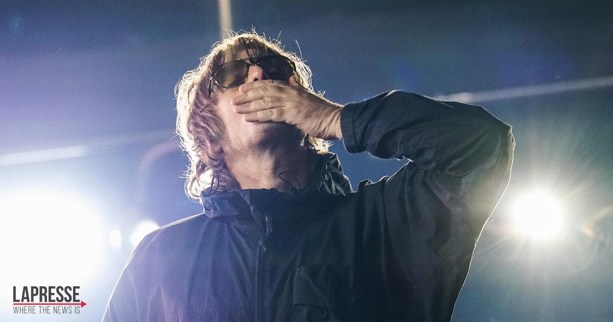 Liam Gallagher canta 'Live Forever' e la dedica a Charlie Watts, leggendario batterista dei Rolling Stones