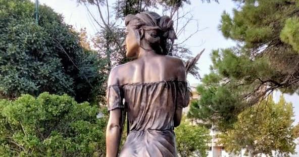 """Polemiche per la statua della """"Spigolatrice di Sapri"""": ecco la risposta dell'artista"""